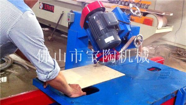 工人正在操作多功能陶瓷切割机