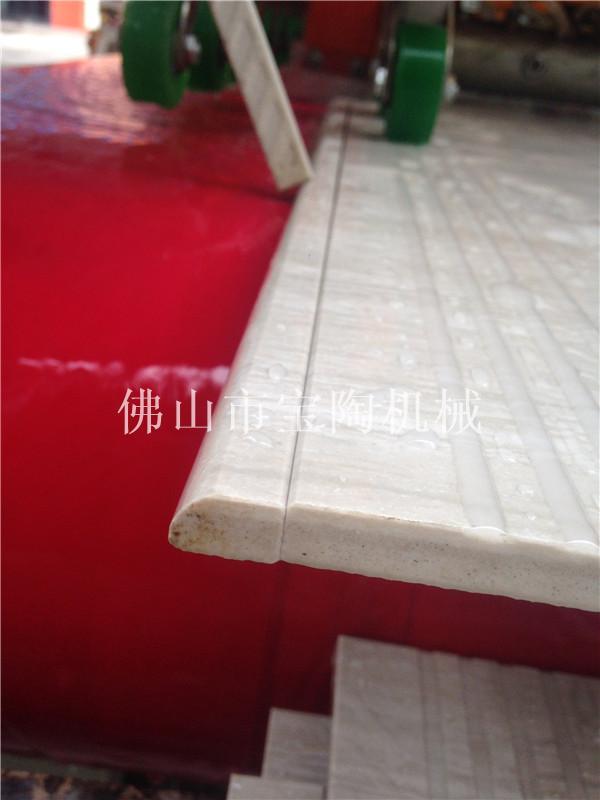青青草免费在线视频观陶瓷切割机正在运行切割瓷砖